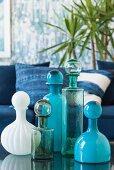 Glasflakons mit Kugelverschluss in verschiedenen Blautönen