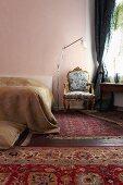 Barocker Sessel im Schlafzimmer mit verschiedenen Teppichen