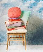 Retro Armlehnstuhl mit Wäschestapel und Kissen