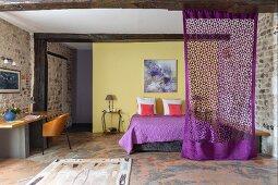 Schlafzimmer mit gelber Wand und Natursteinwänden
