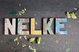 'Nelke' aus Vintage Deko-Buchstaben