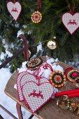 Alpenländischer Weihnachtsschmuck: Genähte Herzanhänger und DIY-Gewürzanhänger