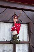 Weihnachtliche Türdekoration aus Filz