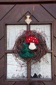 Rustikaler Türkranz mit Filzarbeiten als winterlich, weihnachtliche Türdekoration im ländlichen Stil