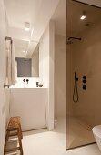 Kleines Badezimmer mit Duschkabine