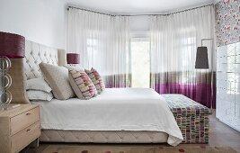 Elegantes Schlafzimmer mit gepolstertem Bett