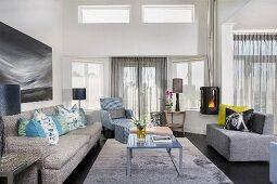 Klassisches Wohnzimmer mit verschiedenen Polstermöbeln