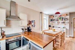 Wohnküche in Naturtönen