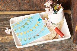 Gebastelte Grußkarte mit aufgenähten Wimpelketten aus Papier