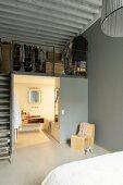 Schlafzimmer mit Bad Ensuite und Zwischenetage