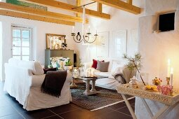 Comfortable loose-covered sofas and festive Advent atmosphere in country house