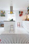 weiße Einbauküche mit bunten Farbakzenten, Kücheninsel und kreativem Flair