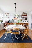 Essbereich mit rustikaler Tischplatte und verschiedenen dekorativen Flohmarktartiken