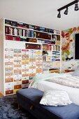 Regalwand mit verschiedenen, kreativ gestalteten Schubladen und vollen Regalfächern in Schlafzimmer