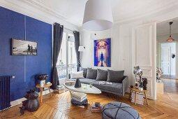 Wohnzimmer mit Retroflair und blauer Wandgestaltung in Altbauwohnung