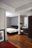 Elegant bedroom wit ensuite bathroom