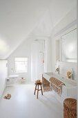 Weisses Badezimmer mit trogartigem Waschbecken und Dusche im Dachgeschoss