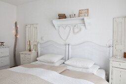 Shabby-chic bedroom in various shades of white