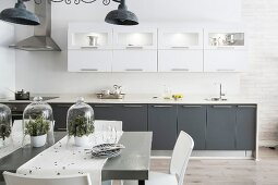 Industrial-style kitchen with fronts in white and grey