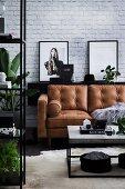 Modernes Wohnzimmer mit klarer Linie in Schwarz