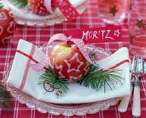 Decorate the malus (apple) with frosting