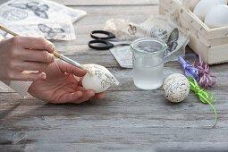 Ostereier mit Serviettentechnik bekleben