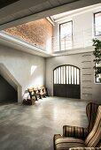 Helles Foyer mit Betonboden im Loft