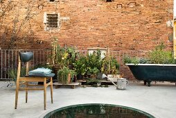 Dachterrasse mit Urban Gardening und Vintage Flair vor Ziegelfassade