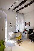 Schreibtisch mit gelbem Stuhl direkt neben der Wohnungstür
