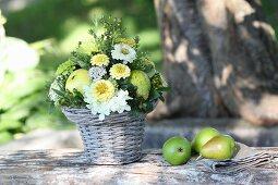 Gesteck aus Zinnie und Hortensien mit Birnen dekoriert