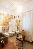 Barockstuhl im Bad in Naturtönen mit Bildergalerie und Bodenspiegel