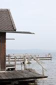 Fischerhaus mit rustikalem Holzsteg