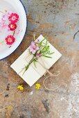 Notizbuch mit Blumensträusschen und Wasserschale mit schwimmenden Blüten