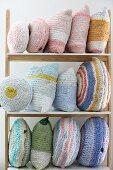 Verschiedene pastellfarbene gehäkelten Kissen aus T-Shirtgarn