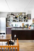 Offene Regale in der U-förmigen Küche mit Essplatz