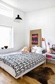 Stilmix im Schlafzimmer mit hoher Decke und Oberlichtfenster