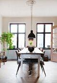 Langer Holztisch mit Metallstühlen im Esszimmer im Vintagestil