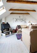 Wohnzimmer unter dem Dach mit gegenüberstehenden Sofas