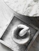 Mörser, Schale und Tischplatte aus weißem Marmor
