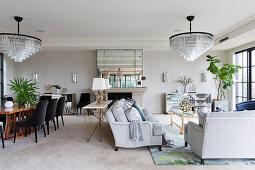 Luxuriöser Wohnraum mit zwei großen Kronleuchtern