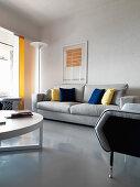 Modernes Esszimmer mit grauem Estrichboden