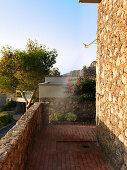 Außendusche an mediterraner Hauswand mit Naturstein