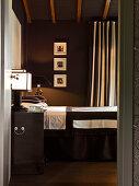 Blick ins Schlafzimmer in Schwarz-Weiß mit Blockstreifen