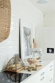 Küchenutensilien und Bild auf der Arbeitsplatte einer hellen Küche