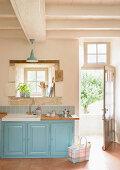 Helblauer Küchenunterschrank mit Spülbecken in Landhausküche