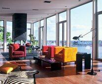 Lounge mit Glasfront und Seeblick