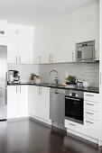 Minimalistische Einbauküche mit Edelstahlgeräten