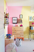 Gelb und Rosa gestrichene Wand im Kinderzimmer