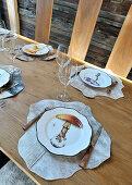 Teller mit Pilzmotiven und Tischsets aus Fell auf gedecktem Tisch