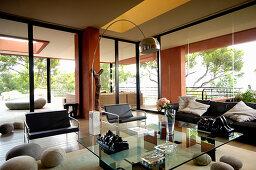 Moderne Möbel und Kieselsteine aus Filz im Wohnzimmer mit Fensterfront